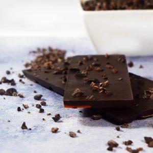 Barra de chocolate con cacao nibs