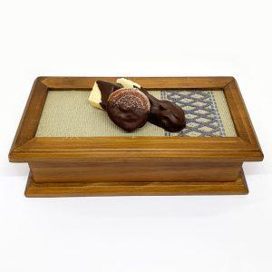 Caja de madera con dulces típicos bañados en chocolate